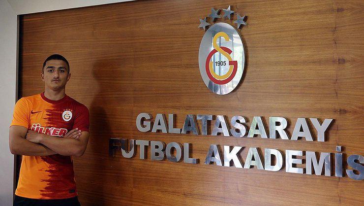 Galatasaray U19 oyuncusu Berkan Keskin'i profesyonel yaptı